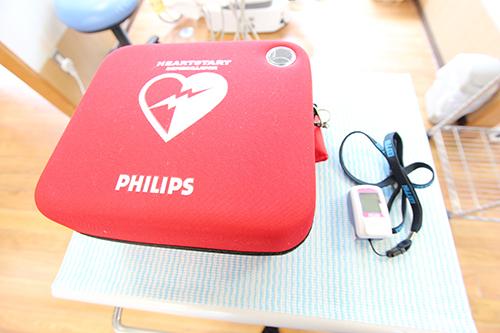 AED(写真左)とパルスオキシメーター(写真右